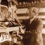 Pedro Ibarra en su estudio-museo en 1928.