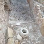 """Pavimento antiguo del palacio de Altamira, descubierto durante la excavación, realizado con guijarros de río unidos con cal con disposición de """"spicatum""""."""