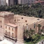 En la foto, anterior a la última rehabilitación del palacio, se observa al noreste, la torre cuadrada del Duque, en el interior del recinto fortificado.