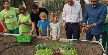 """El huerto ecológico del colegio """"La Vallverda"""" se presenta como modelo de integración"""