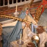 El ángel entrega la palma a María.