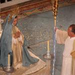 Los apóstoles se reúnen en torno a María: el primero en llegar es Juan quien recibe el encargo de portar la palma.