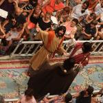 En el corredor coinciden tres apóstoles. Uno de ellos es San Jaime que viste hábito de peregrino: túnica, capa adornada con conchas, sombrero a la espalda y báculo con la calabaza para el agua. Entran por tres accesos diferentes, simbolizando así el encuentro de los discípulos en un cruce de tres caminos. Los apóstoles se saludan entre sí y cantan asombrados ante el hecho de verse reunidos.