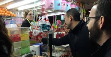 La lluvia no impide la inauguración del Mercado de Navidad de la Plaza de Castilla