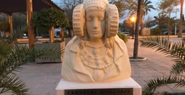 La Foia ret homenatge a la Dama amb la inauguració d'un bust en la plaça de la Torre del Gall