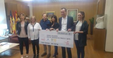 El Ayuntamiento hace entrega del cheque del dorsal solidario a favor de ANOA Elx, con un total de 2.337 euros