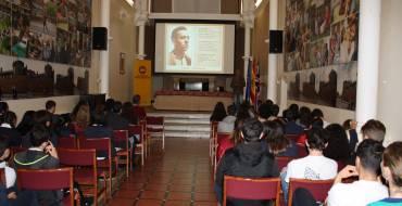 Més d'un centenar d'estudiants londinencs descobrix l'obra del poeta Miguel Hernández en commemorar el Dia del Llibre