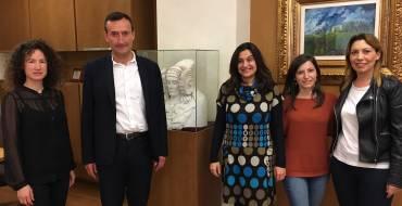 El alcalde recibe a dos funcionarias que han prestado asistencia de Cooperación al Desarrollo en Ecuador