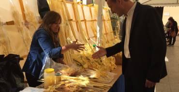 El alcalde visita los puestos de palma blanca de la Plaza de Baix