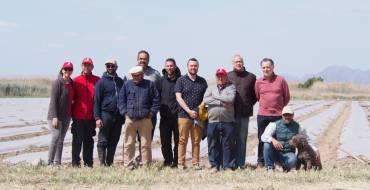 El concejal de Medio Rural asiste a la plantación del melón de Carrizales