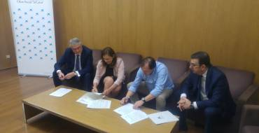 El Ayuntamiento firma un convenio de 3.000 euros para el desarrollo de una Escuela de Natación adaptada