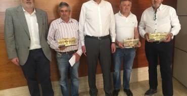 El alcalde recibe a tres trabajadores municipales jubilados