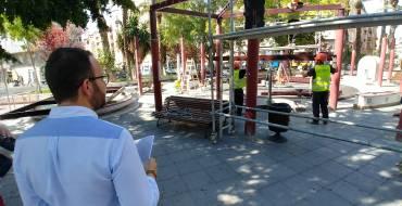 El regidor de Via Pública visita les obres d'instal·lació d'una nova pèrgola en la plaça de Barcelona