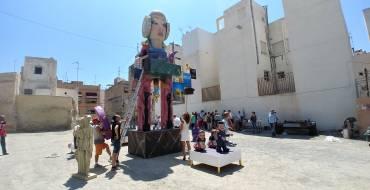 El Raval prepara las hogueras para la cremà el día 24 de junio