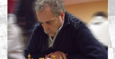 Sesión de partidas simultáneas ajedrez