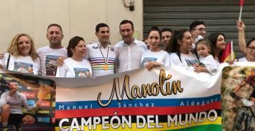 Más de un centenar de personas reciben en Elche al campeón del mundo de mountain bike