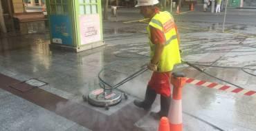 El Ayuntamiento pone en marcha un sistema de limpieza especial para terminar con la suciedad del pavimento de granito de la zona centro