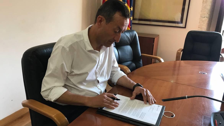 L'alcalde signa l'acceptació de la subvenció de 15 milions d'euros dels fons europeus EDUSI
