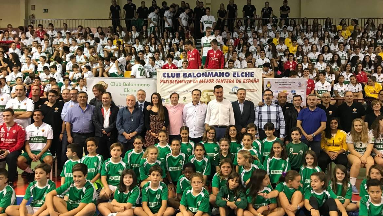 El Equipo de Gobierno arropa al Club Balonmano Elche en la presentación de sus 22 equipos