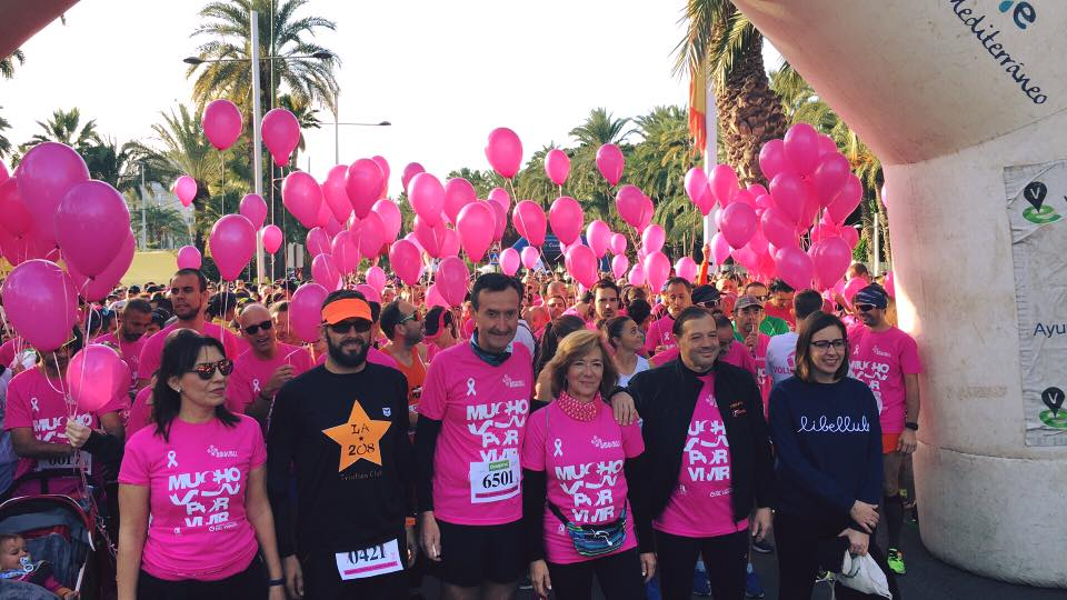 Vora 10.000 persones tenyeixen de rosa els carrers d'Elx en la carrera contra el càncer de mama