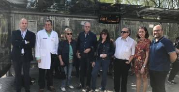 """Una nueva """"marquesina parlante"""" facilita el acceso de los invidentes a los autobuses urbanos en el Hospital General"""
