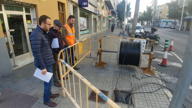 Mantenimiento instala un semáforo en el cruce de Avenida de Alicante con Hermanos López y otro en Doctor Sapena con Antonio Pascual Quiles