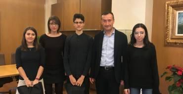 L'alcalde rep als tres il·licitans de l'Orquestra de Joves de la Província d'Alacant