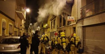 El fuego iniciado en el salón de una vivienda obliga a intervenir a bomberos y desalojar a los vecinos