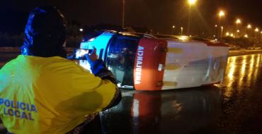 Interceptado conductor tras provocar el vuelco de una ambulancia