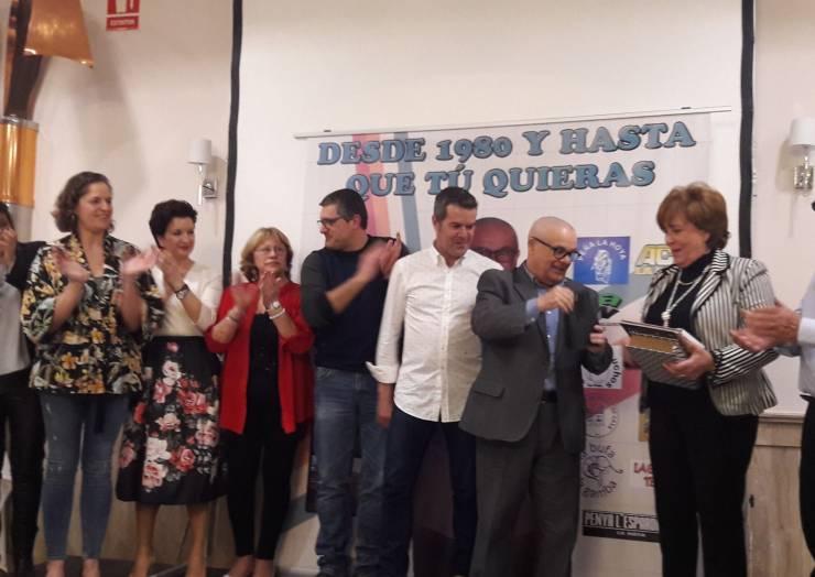 Més de 250 persones rendeixen un emotiu homenatge al director del col·legi públic Sant Antoni de la Foia
