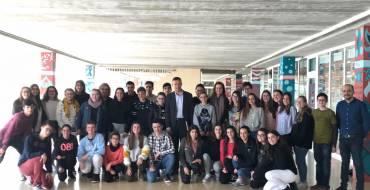 Alumnes de l'IES La Foia presenten treballs a l'alcalde i a la regidora d'Educació