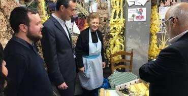 El alcalde y el edil de Palmeral visitan el taller de palma blanca de la familia Serrano