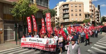 Un millar y medio de personas se manifiesta en las calles de Elche para exigir unas pensiones dignas