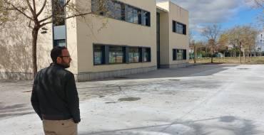 Mantenimiento amplía la zona asfaltada al aire libre del Centro Social de La Baia
