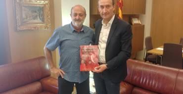 L'alcalde rep a Paco Sánchez, autor del llibre Club Atletisme Elx: La Marea Roja.