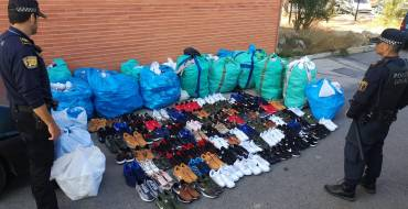 Intervenció en un control de més de mil parells de calçat falsificat i cinc detinguts