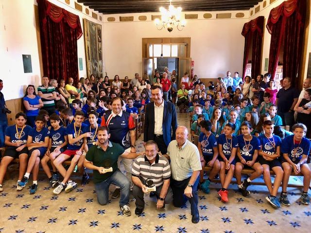 El alcalde recibe a los equipos base del Club Voleibol Elche por su gran temporada