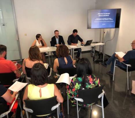 El director general de Comercio se reúne con las asociaciones de comerciantes de Elche para presentar las ayudas a las que pueden acceder en 2019