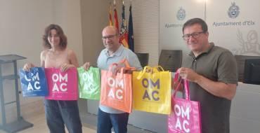 Las OMAC reparten entre los usuarios bolsas reutilizables para cuidar el medio ambiente