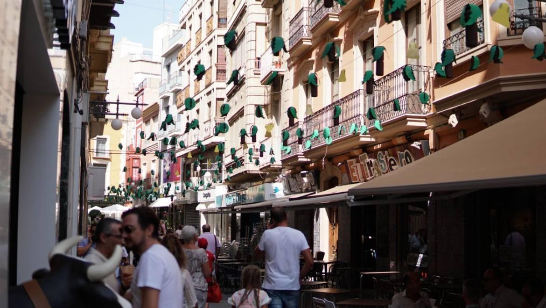 Las calles del centro de Elche se engalanan con motivo de las fiestas