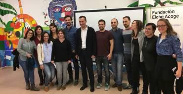 El alcalde felicita a Elche Acoge por su premio de alfabetización de la Unesco y destaca su gran labor en la integración de inmigrantes