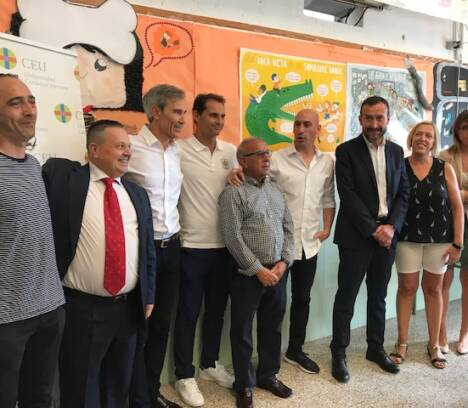 El presidente de la Federación Española de Fútbol y el alcalde de Elche apoyan el proyecto Edukaló en el colegio Mediterrani