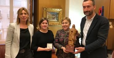 Elche Acoge presenta al alcalde su premio de alfabetización concedido por la UNESCO