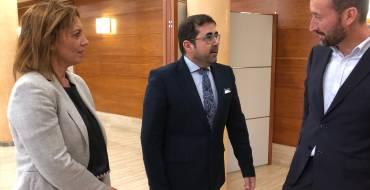 El alcalde, Carlos González, recibe al director de la Oficina de la Alta Comisionada para la Agenda 2030 del Gobierno de España, Federico Buyolo