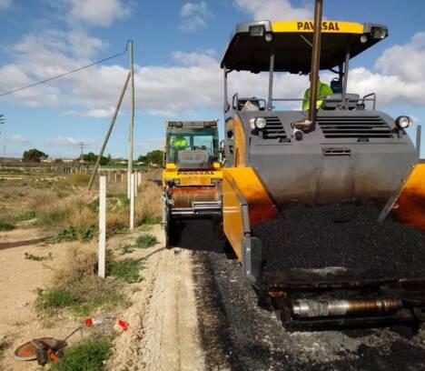 El Ayuntamiento invierte 66.000 euros en asfaltar calles y caminos en mal estado en Torrellano