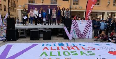 Más de  un millar de estudiantes escenifican en Elche su repulsa contra la violencia de género
