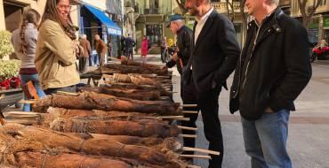 El alcalde y el concejal de Mercados visitan el mercadillo de «Les Atxes»