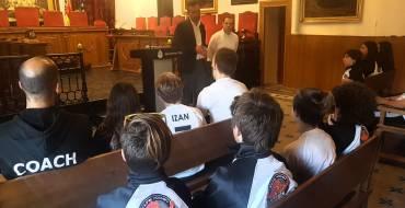 El alcalde, Carlos González, y el edil de Deportes, Jesús Pareja, homenajean a las promesas del club de patinaje 'Titanes'