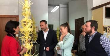 El taller de la familia Serrano Valero prepara las palmas blancas para el rey, la reina, el papa, el presidente del Gobierno, el alcalde de Jaca y los obispos de Orihuela y Menorca
