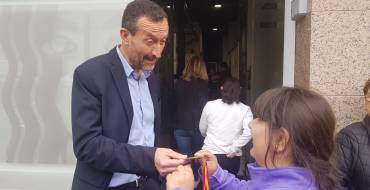 El alcalde, Carlos González, y la edil de Bienestar Social, Teresa Maciá, visitan el centro de ocio cultural para discapacitados Artes